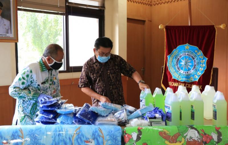 Yulian Warman didampingi Mundari selaku Camat Kecamatan Cilandak Jakarta Selatan, melakukan pengecekan Alat Perlindungan Diri, Kamis (23/20) hari ini