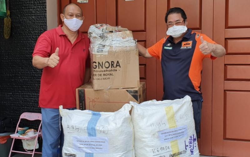 A Judiarto (kanan) serahkan sumbangan terdampak covid19 kepada IMI DKI yang diterima langsung Sang Ketua Anondo Eko. (foto : ist )