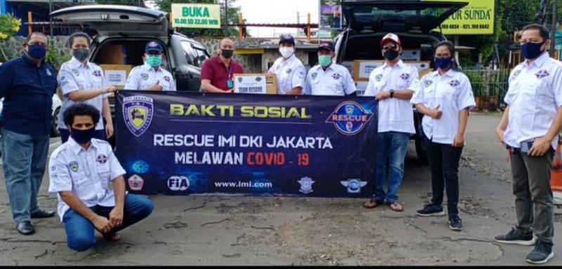 Team Rescue bersama Ketum IMI DKI Anondo Eko (kaos merah, tengah) sebelum baksos menyalurkan 1700 APD kepada 7 rumah sakit di Jakarta, Jumat hari ini.