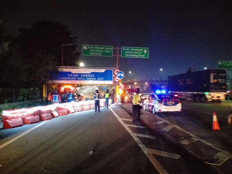 Kondisi penerapan penyekatan jalan di Tol Cikampek