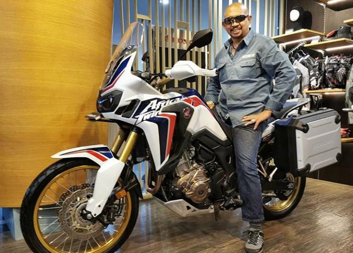 9 dari 10 rider di dunia yang ditemuinya bertanya dan ragu-ragu dengan motor Honda CRF1000L2 yang digunakannya. (dok. jjwindrider)