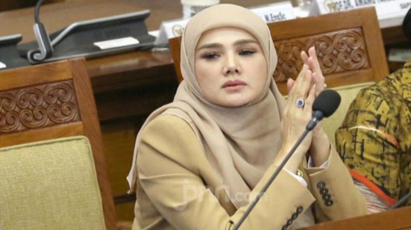 Mulan Jameela kritik pedas kebijakan diskon BBM 50 persen kepada ojol, berbuntut tantangan debat terbuka ketua asosiasi ojol Igun Wicaksono.