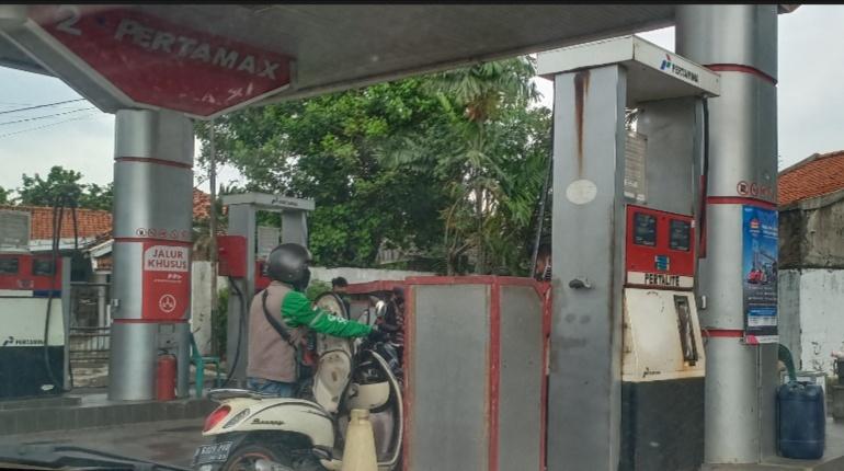 Salah satu SPBU di Pondok Gede omzetnya turun hingga 300 persen sejak covid19 dan penerapan PSBB. (foto : bs)