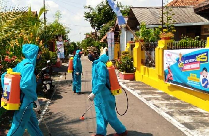 Aksi Peduli Generasi 125 Lawan Corona ini juga melakukan penyemprotan disinfektan di lingkungan pemukiman warga. (ist)