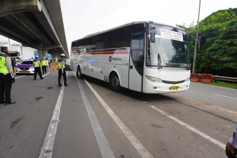 Pemeriksaan bus yang membawa pemudik di ruas tol oleh pihak kepolisian