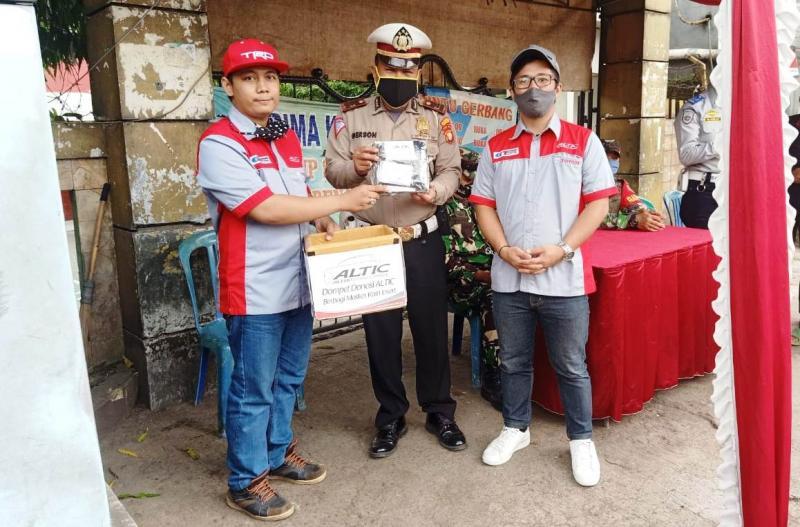 Pembagian Masker Ke Petugas Keamanan oleh salah satu Chapter ALTIC di Checkpoint Cilodong. (dok. Humas ALTIC)