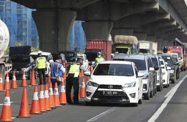 Penyisiran kendaraan di jalan tol terkait larangan Mudik 2020