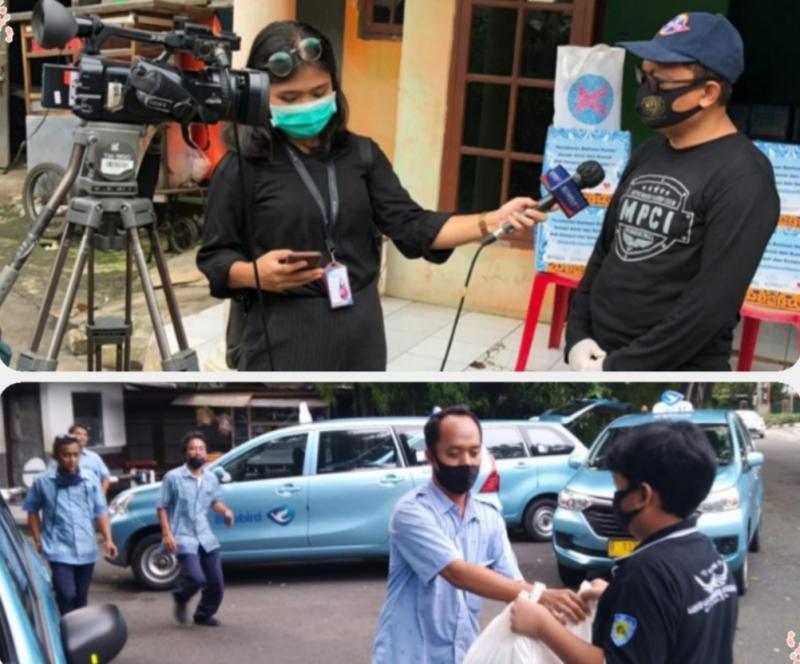 Ketua MCPI Rudi Deru (atas), dan personil Silverians tengah membagikan paket sembako kepada rekan driver taksi (bawah)