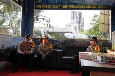 Kakorlantas menemui petugas di Gerbang Tol Ngawi