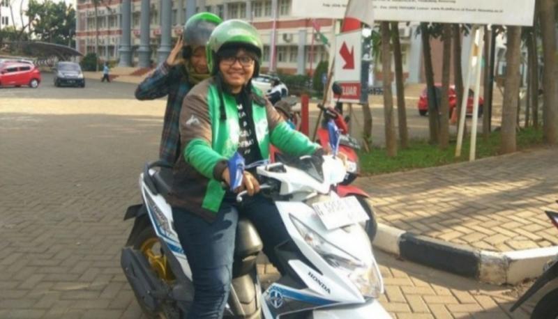 Leony Sondang Suryani, nyambi jadi ojol dan lulus secara cum laude dari Fakultas Hukum Undip Semarang. (foto : suara)