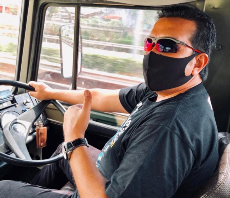 H Jimmy Syansudin tetap mengikuti protokol kesehatan dengan memakai masker saat jalan-jalan ngabuburit bersama
