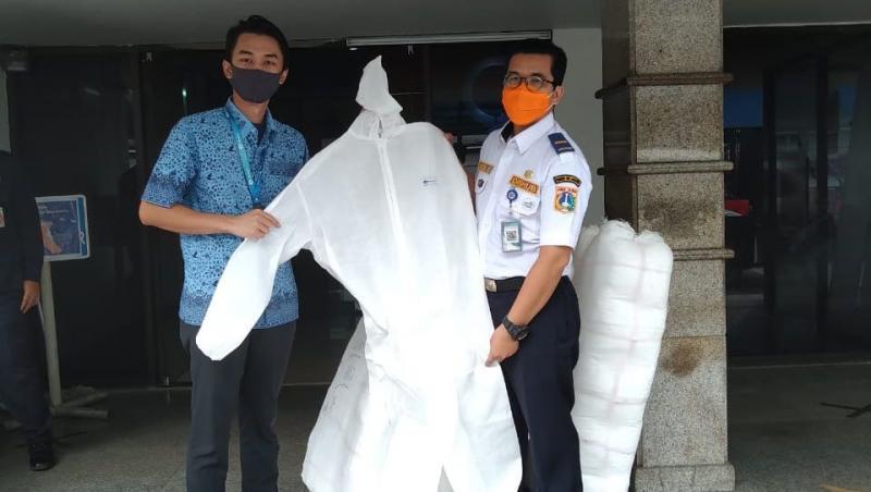 Donasi APD dari Blue Bird untuk tenaga medis sebagai garda terdepan perangi covid19. (foto : ist)