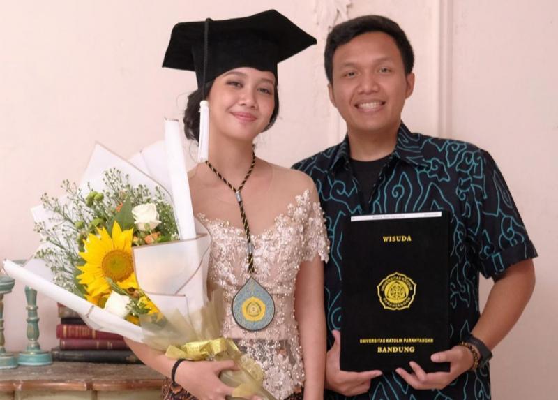 Rio SB dan Nadine sang kekasih saat diwisuda sebagai sarjana beberapa waktu lalu di Bandung. (foto : rio sb)