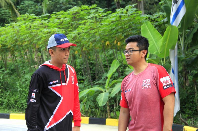 Anjasara Wahyu (kanan) Peslalom Toyota Team Indonesia, aktivitas motorsportnya terganggu pandemi covid19