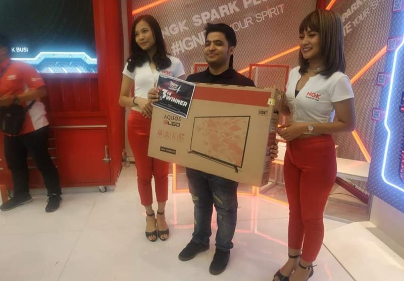 Fickry Segeir (yang tengah tentu saja) saat terima hadiah di sebuah event balap virtual Simulator di Jakarta. (Foto : ist)