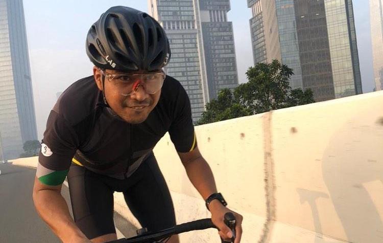 Haridarma Manoppo saat menjalani rutinitas barunya di masa covid, gowes sepeda bersama Ananda Mikola cs