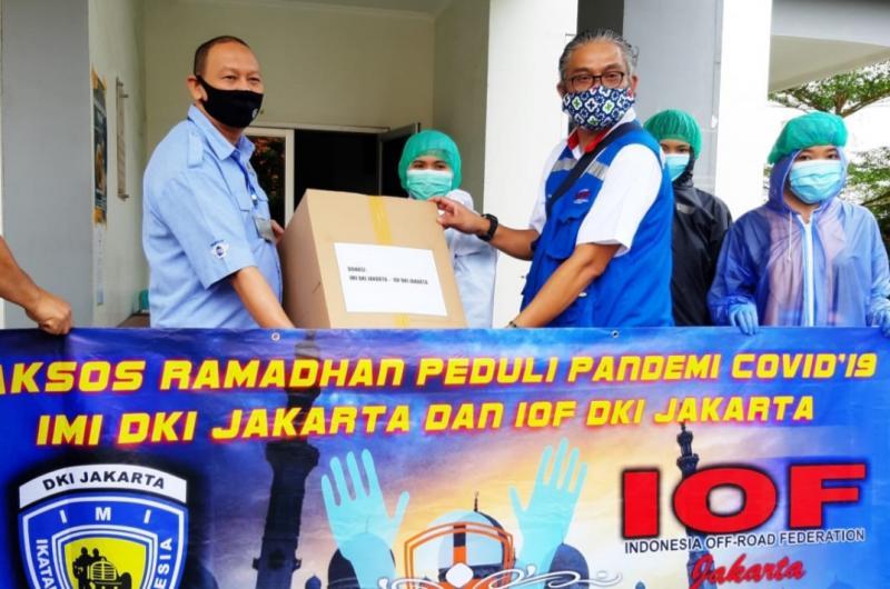 Anondo Eko (kiri) dan Iwan S Sakri serahkan APD ke sebuah Puskesmas di Jakarta pada Jumat hari ini