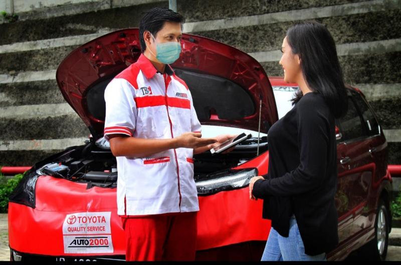 Petugas bengkel Auto2000 melayani customer pemilik kendaraan Toyota.