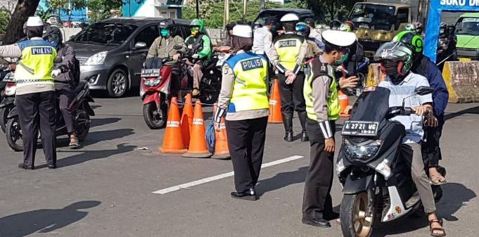 Polisi melakukan pembatasan kendaraan yang keluar dan masuk Jakarta