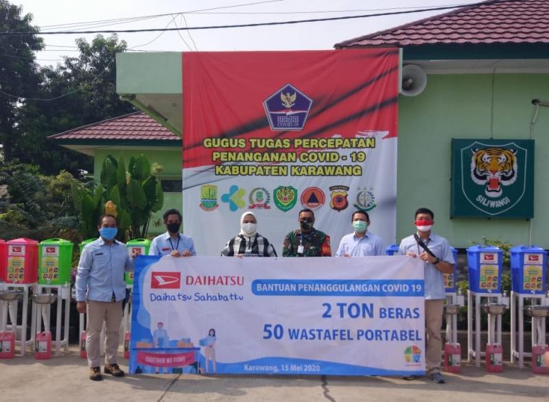 Penyerahan Bantuan Sosial kepada Warga Karawang oleh Perwakilan Tim CSR PT Astra Daihatsu Motor (ADM). (ist)