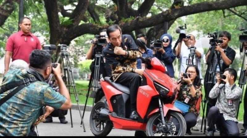 Presiden Jokowi saat menjajal motor listrik Gesits produksi dalam negeri sebelum membubuhkan tanda tangannya. (Foto : setneg)