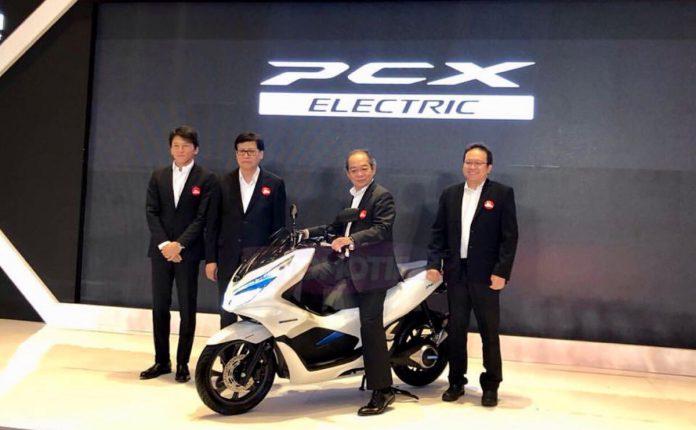 AHM telah memperkenalkan lini produk sepeda motor listrik Honda PCX Electric kepada publik Tanah Air, meski belum dijual resmi. (Adri)