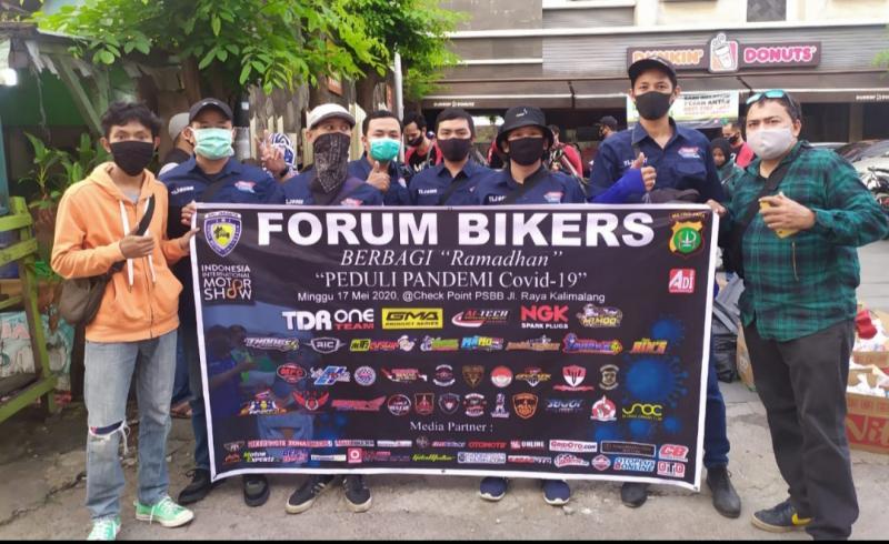 Forum Bikers Berbagi yang dikomandani bro Adi Pro memberikan bantuan diantaranya APD dan takjil di check point PSBB Kalimalang Bekasi. (Foto : ist)