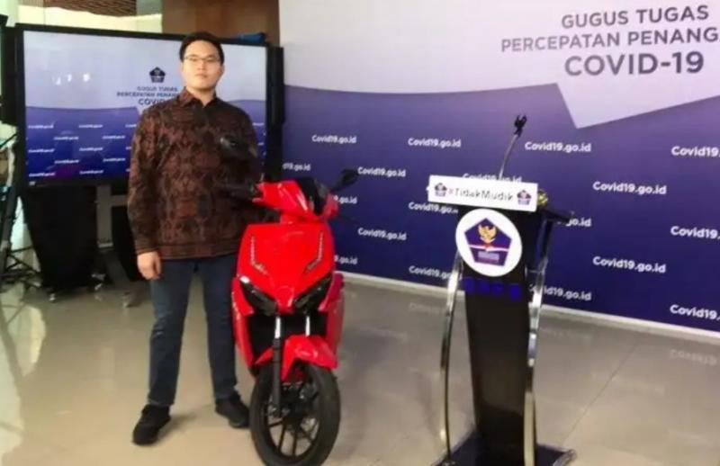 Warren Tanoesoedibjo dengan motor listrik Gesits bertanda tangan Presiden Jokowi yang kini menjadi miliknya