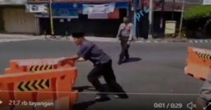 Pria ini nekad membongkar pembatas jalan karena dianggap mengganggu perayaan Idul Fitri. (foto : twitter)