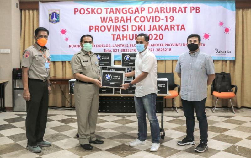 Bantuan secara simbolis kepada Saefullah, Sekretaris Daerah DKI Jakarta dan Sabdo Kurnianto, Plh Kepala Pelaksana BPBD DKI Jakarta.(ist)