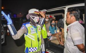 Pemudik yang terkena razia penyekatan oleh petugas kepolisian diminta putar balik. (foto : antara)
