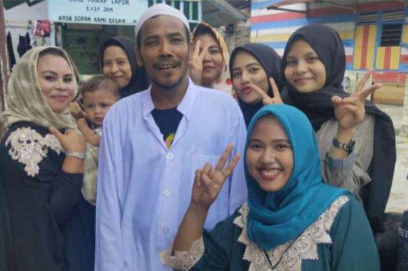 M Nuh pemenang lelang motor listrik Gesits Jokowi bersama ibu-ibu pengajian di kampung Manggis Jambi. (foto : ist)