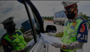 Petugas memeriksa kelengkapan kendaraan termasuk SIMK sebelum masuk Jakarta. (foto : antara)