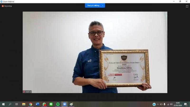 Penghargaan diterima oleh L. Iwan Pranoto, SVP Communication, Event & Service Management Asuransi Astra dengan sistem online awarding via Zoom Conference Call, Jumat (22/5/2020).