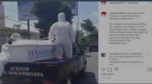 Ada peti mati, relawan memakai APD serupai pocong dan petugas gunakan pengeras suara sosialisasi bahaya covid di Banjarnegara. (ig indoposofficial)