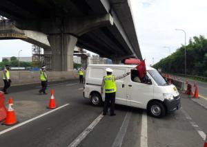 Mobil yanh sedang diminta untuk memutar balik oleh petugas