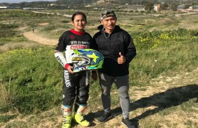 Irwan Ardiansyah bersama Sheva, putrinya saat mengikuti event motocross di Amerika Serikat. (foto : ist).