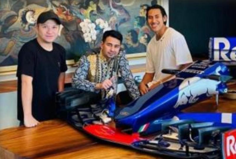 Dari kiri artis Gading Martin, Raffi Ahmad dan Sean Gelael dengan mobil F1 Toro Rosso tahun 2018. (foto : ig @raffinagita1717)