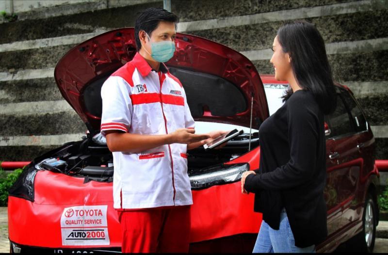 Petugas dari Auto2000 sedang melayani costumer pemilik mobil Toyota.