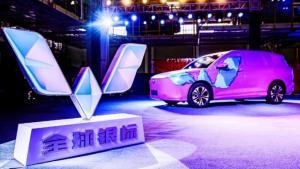 mengambil lokasi di fasilitas perakitan Wuling di Liuzhou, China, juga menampilkan model MPV baru yang dinamakan Victory.