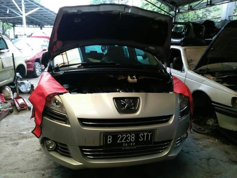 Disarankan tetap melakukan penggantian oli di kala mobil terparkir lama saat  Work From Home. (foto : hf)
