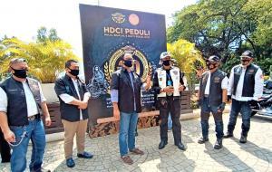 Bantuan diserahkan Komisaris Jenderal Polisi (Purn), Nanan Soekarna selaku ketua umum HDCI kepada Anies Baswedan, Gubernur DKI Jakarta. (foto: Iwan)