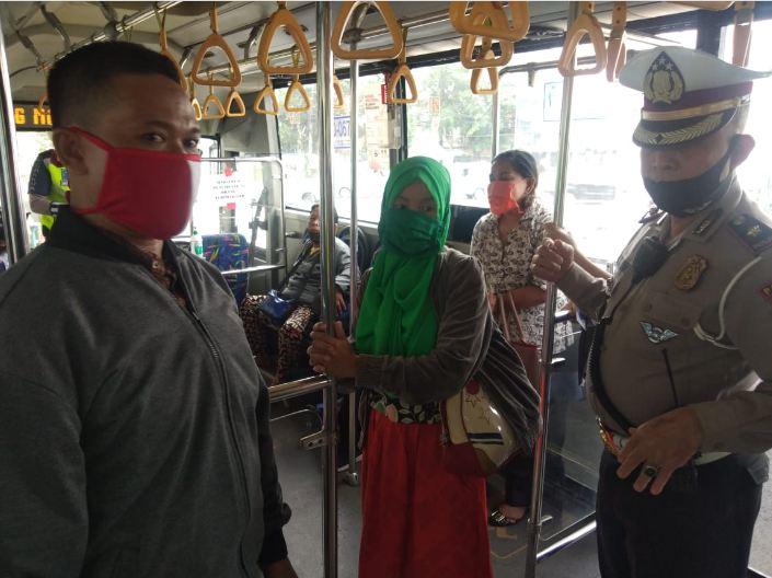 Peninjauan yang dilakukan Ditlantas Polda Metro Jaya kepada masyarakat pengguna Transjakarta, sesuai protokol covid. (foto : ist)