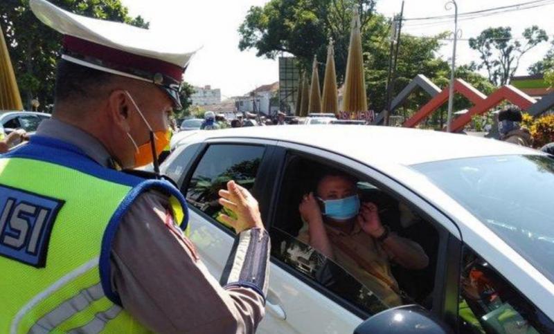 Memakai masker bagi pengendara mobil menjadi syarat wajib di new era nanti sama dengan saat PSBB. (foto : ist)