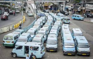 Angkutan umum di DKI Jakarta menuntut kenaikan tarif di era new normal karena hanya boleh membawa 50 persen penumpang (foto : BeritaSatu)