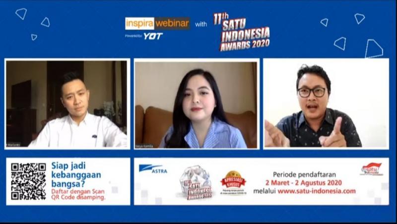 Penyanyi Tasya Kamila (tengah) berbincang dengan Penerima SATU Indonesia Awards 2019 bidang pendidikan Ai Nurhidayat (kanan) dipandu moderator Robert Harianto (kiri) dalam diskusi online diselenggarakan Astra.