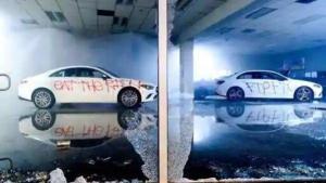 Setidaknya ada empat unit baru model sedan yang saat itu sedang ditampilkan di etalase showroom, kebetulan semuanya berwarna putih. (hindustan times)