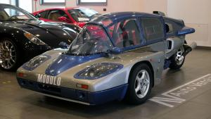 diketahui kendaraan ini dibangun kembali pada tahun 1997 dan menggunakan powertrain moge BMW K75 yang diproduksi antara tahun 1985 dan 1995. (autovergilate)