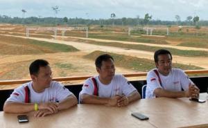 Dari kiri TB Adhi, Memen Harianto dan H Jimmy Syamsudin, pengelola Suwarnadwipa Nusantara Circuit Muara Bungo Jambi