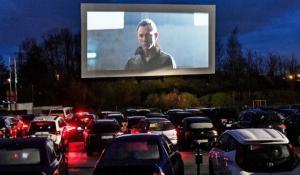 Menonton dari dalam mobil untuk film kesayangan dengan mobil tetap menyala. (foto : ist)
